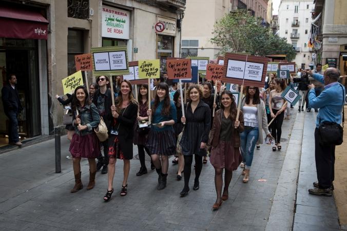 Pasarela improvisada por las calles de Barcelona
