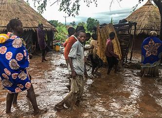 REPORTAGEM: População foge das correntes e lama que arrasam aldeias no centro de Moçambique